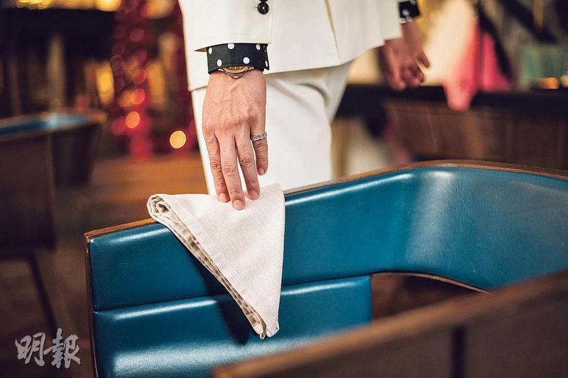 餐巾擺放位置——若要暫時離開座位,把餐巾放在椅柄上,用餐完畢,將餐巾稍微摺好放在桌上。(蘇智鑫攝)