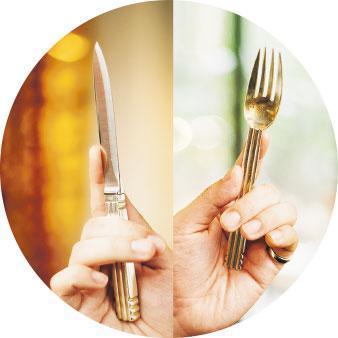 握刀叉手勢——拿叉子時,食指放在叉背前方,手握叉柄;至於刀子,食指伸直放在刀背上施力,讓刀刃更穩定。使用刀叉時,從碟子左方的食物開始,其間不宜發出聲響 ,用後不應放在桌布上,應放在碟上。(蘇智鑫攝)