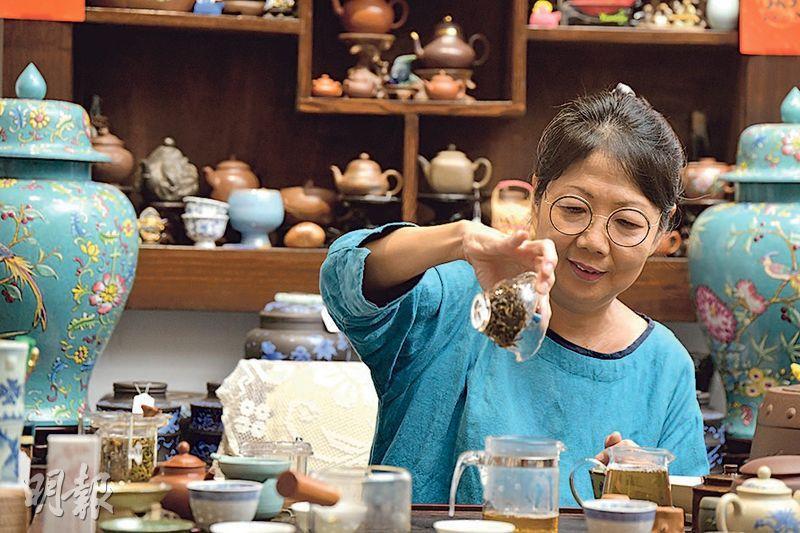 賣茶壺如嫁女——Lily認為每種茶都有生命,笑言賣茶壺猶如嫁女。不少客人都視她的茶店為放鬆心情的地方。(黃志東攝)