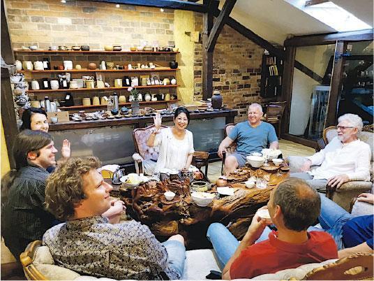 傳揚茶藝——為宣揚茶文化,Lily(白衣揮手者)不時飛到歐洲與當地的茶藝愛好者會面,主持試茶活動。(受訪者提供)