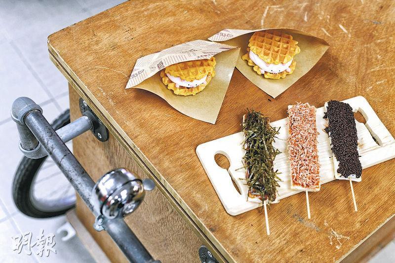 阿強曾在墟市推售窩夫夾自製棉花糖的「豬頭餅」(上),每個20元,一小時內售出150個,他說今次會再推出,並加入新創的年糕串(下)。(鍾林枝攝)