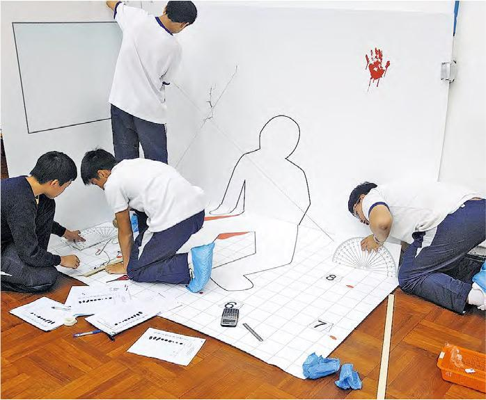 瑪利諾神父教會學校(中學部)一項中三跨學科學習活動中,學生模擬在事發現場查案,他們拉起繩,量度「傷者」留下的「血迹」與牆身距離,以進一步推算「傷者」中槍位置。(學校提供)
