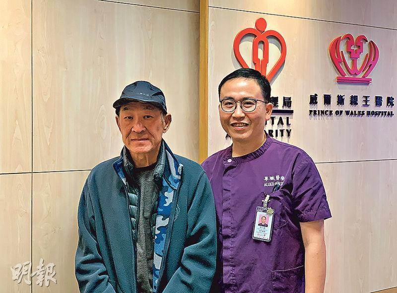 年近70歲的肺癌病人向先生(左),服標靶藥後出現「手足症候群」。新東聯網足病診療服務統籌張元鉅(右)助他清除陷甲。(朱韻斐攝)