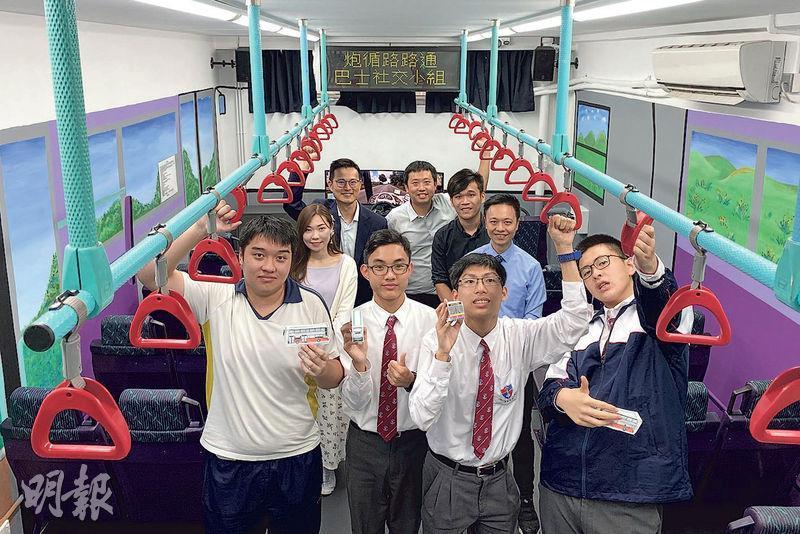 「模擬巴士教室」獲新巴城巴提供退役巴士的扶手及座椅。課室供予「路路通社交小組」使用,中、英文課堂亦會使用該教室。(蕭愷情攝)