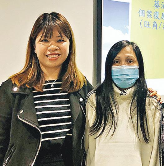 患思覺失調30多年的陳小姐(右),5年前參加葵涌醫院的「個案復康支援計劃」,職業治療師凌小柔(左)成為她的個案經理,至少一個月家訪一次。(艾博瑜攝)
