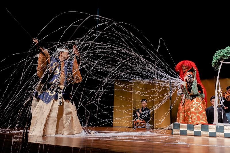 要學好語言,培養興趣、語境是重要的關鍵。修讀者可透過參加文化體驗活動,認識有關地道文化,發掘學習的樂趣,有助延續學習的決心。圖為日語課程學員外出觀賞日本文化藝術活動(日本能劇)。(相片由香港大學專業進修學院提供)