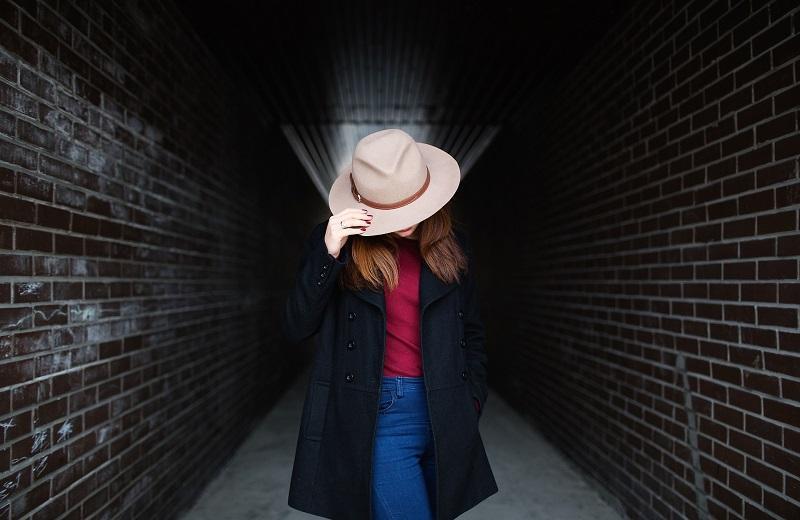 趕不及洗頭,頭髮油膩膩?戴帽當然最直截了當,但長期戴帽會令頭皮難以呼吸,會增加油脂分泌及引發脫髮危機。