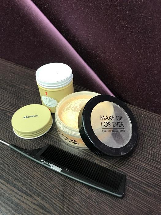 頭髮油膩膩,可使用專業的乾燥粉、爽身粉或化妝用的碎粉,但只適宜作臨時之用。