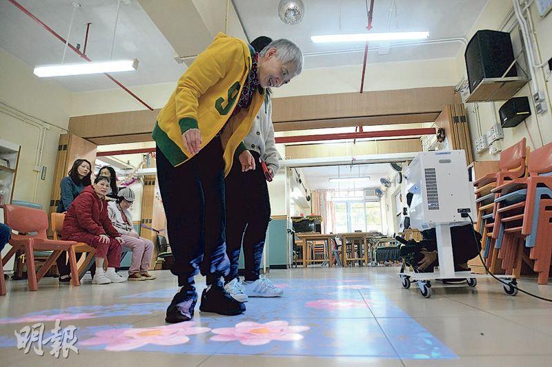 香港心理衛生會順天中心以基金購置的「移動互動地面投影機」,內置800多個程式及遊戲,職業治療師陳建婷表示,職業治療以活動為主,投影機創造不同場景、圖案等,相較傳統訓練變化更多。(楊柏賢攝)