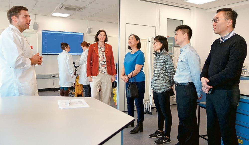 老師到訪外地不同的大學,交流營養學相關的新知識和新技術。 (圖為英國Sheffield Hallam University)