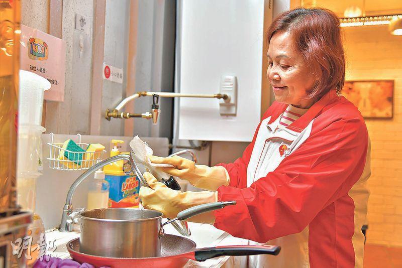 妙用抹手紙——呂慧然說抹手紙可徹底抹乾清洗好的廚具,並抹走殘餘污垢。(黃志東攝)