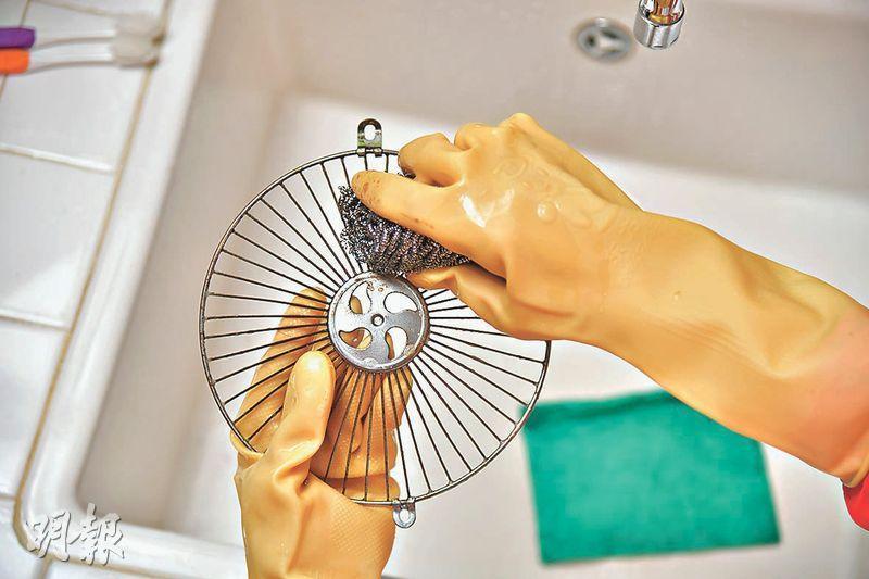 鋼絲刷強力除垢——鋼絲刷摩擦力強,較容易把抽油煙機金屬保護網上的油垢移除。(黃志東攝)