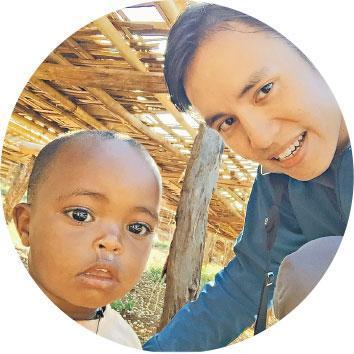 教育護眼法——Patrick(右)曾在埃塞俄比亞遇上一個眼睛被蒼蠅包圍的小女孩(左),這情况會增加感染沙眼(一種傳染性致盲眼疾)的風險,Patrick便教她父母為女兒清潔眼睛,並送上抗生素眼藥水。(受訪者提供)