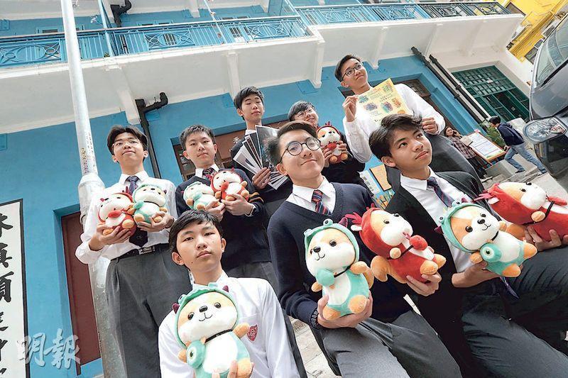 皇仁書院學生延續擺年宵傳統,今年首次轉場藍屋,迎接鼠年,他們準備了松鼠公仔及自家設計精品出售。(李紹昌攝)