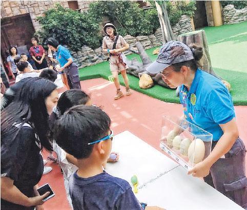 生態導賞員——在海洋公園擔任義工期間,趙紹惠(右)不時接觸小朋友,給他們介紹生態知識。(受訪者提供)