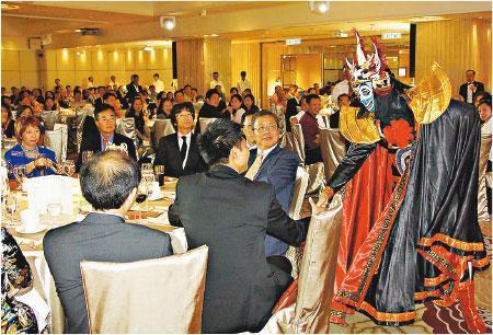 熱鬧演出——在香港,一般觀眾對變臉是驚訝和欣賞;但Joe說一般人都不會理會折子戲的變臉演出,而是追求變很多張臉的娛樂效果。圖為Joe在一個晚飯酒會演出變臉。(受訪者提供)