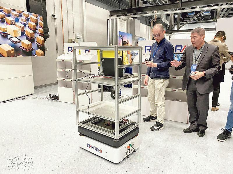 精銳動力科技開發智能倉庫方案,以機械人協助搬運及整理貨物。公司首席執行官周定漢(右)表示,RCC 2.0的空間比RCC 1.0大及富彈性,可按項目需要增減租用空間,更有效控制成本。(林穎茵攝)