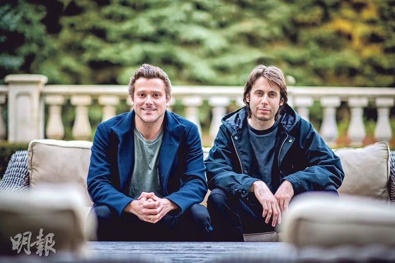 SmileDirectClub兩名創辦人Alex Fenkell(左)和Jordan Katzman(右)都曾戴上傳統金屬牙箍。