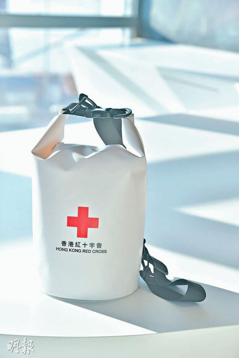 防水背包——「逃生包」宜選防水背包款式,逃生時背着,能騰出雙手方便逃生或幫助他人。(黃志東攝)