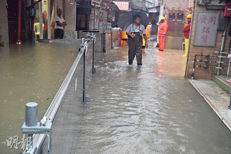 水浸小心被冲走——大雨或持續降雨或會導致水浸,水浸期間勿在洪水中行走、游泳或駕駛。防災小錦囊資料指出,水流快速流動時,6吋高的水已可把人冲走,2呎高就可把汽車浮起。(資料圖片)