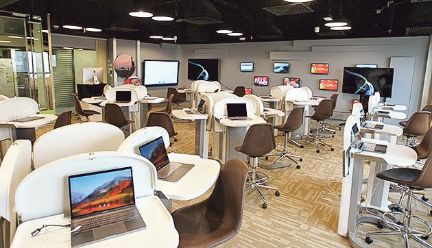 ▲學院設有多個24小時開放的電腦室供學生使用,包括蘋果電腦與個人電腦,內置的配備功能強大、達業界標準的編輯和製作軟件。