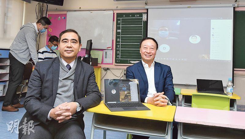 基督教宣道會宣基小學昨起分階段為小四至小六生提供遙距教學,主要是中文、英文及數學3科,每科課時30分鐘,教師經由微軟公司研發的電子教學平台Office 365「開live」教書。圖左為宣基小學校長鄭堅民及Microsoft香港區域科技長許遵發(右)。(劉焌陶攝)