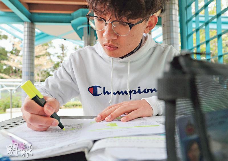 中學文憑試考生努力備戰,中六生劉宇嘉說,受疫情影響,多數在家溫習,目前為DSE準備得「差不多」,但對教育局月底才公布定案感不安。(林若勤攝)