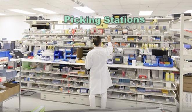 學院自行研發了一套配藥房的虛擬實景教材,同學可利用 VR 體驗醫院藥房的基本運作和設備。