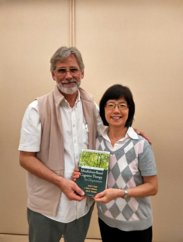 (左起) 靜觀認知治療創辦人 Dr. Mark Williams 和李劉穎瑩