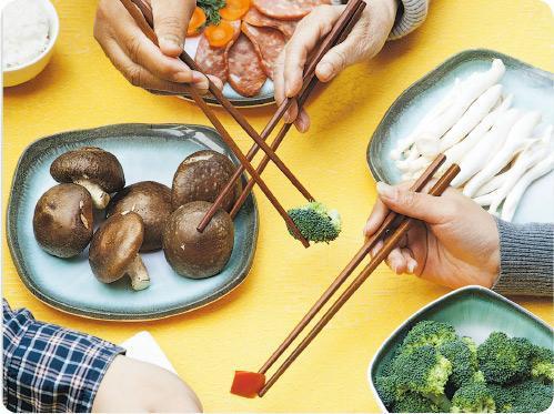 宜用公筷——身邊可能埋伏「隱形病人」,為免家人朋友之間互相傳染,一起吃飯時宜使用公筷。(XiXinXing@iStockphoto)