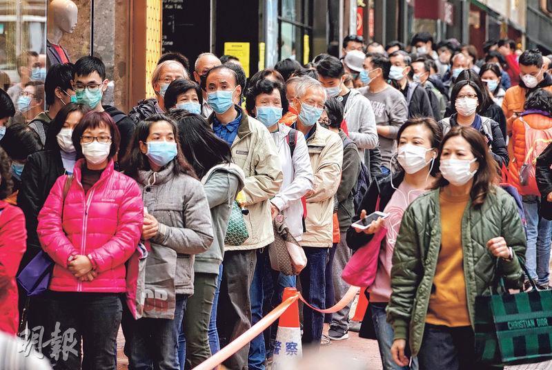 忌過度恐慌——城中口罩短缺,不少人通宵達旦排隊搶購口罩,中醫認為這是恐慌的表現。過度恐慌會影響身體正氣,削弱抵抗力。(資料圖片)