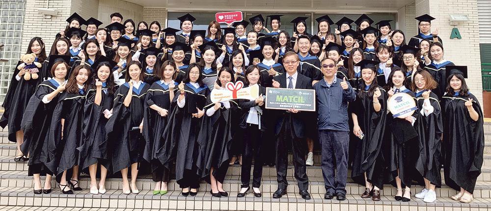 ▲香港教育大學人文學院積極培育語文教育專才,所開辦的「中文研究文學碩士 (語文教育)」、「國際漢語教學文學碩士」及「英語教學文學碩士」課程,吸引來自不同國家及地區的人士修讀。歷屆畢業生已投身相關行業,盡展所長。