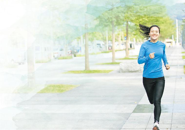 自強不息——新型冠狀病毒疫情嚴峻,不少人減少外出。註冊物理治療師指出,不妨到戶外運動,心情亦會舒暢一點!另外,在家中也可做肌肉訓練和帶氧鍛煉。(lzf@iStockphoto,設計圖片)
