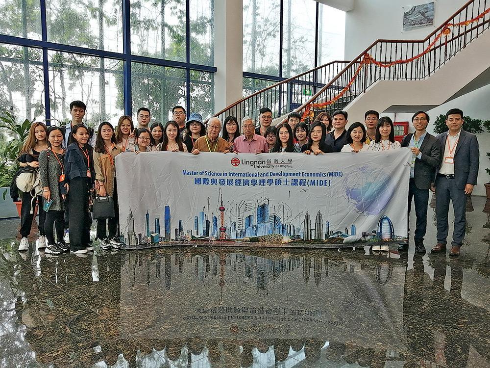 ▲藉不同考察團,學員有機會到一帶一路沿線國家或地區交流,做到經世致用、知行合一。圖為MIDE學員參觀新加坡國際鄭和協會。