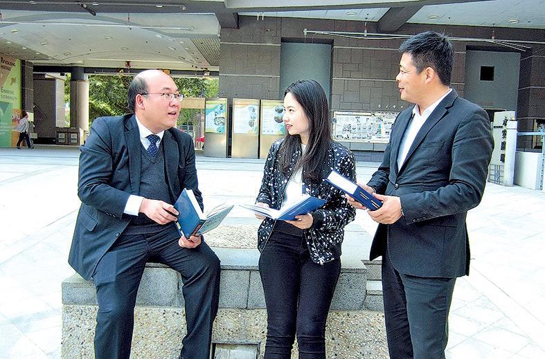 ▲(左起) 周博士與付欣和王永峰兩位應屆畢業學員