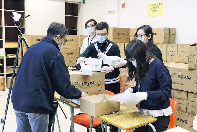 政府為DSE考生準備了50萬個口罩供應試之用,考評局昨起透過學校向應屆學校考生派發准考證及口罩,有學校昨委派代表到考評局新蒲崗辦事處領取口罩。(考評局提供)