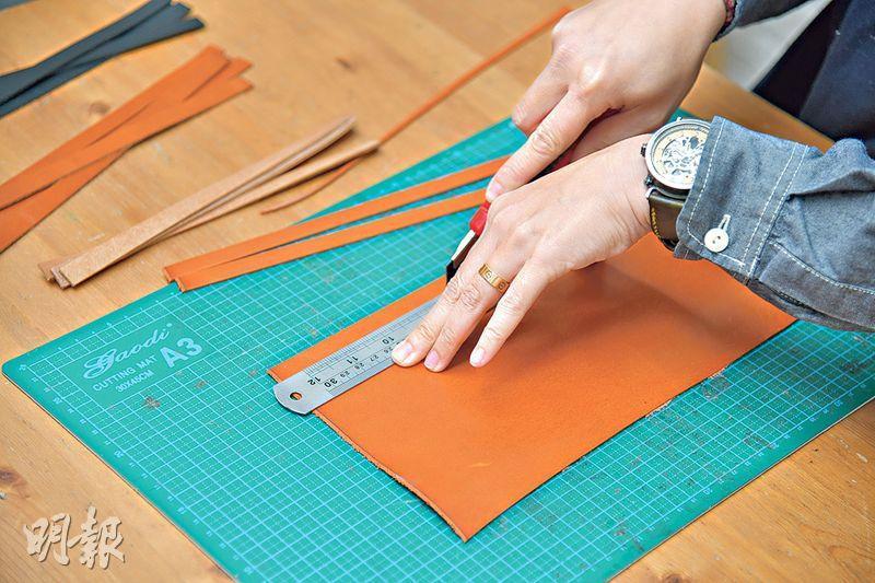 製作皮帶步驟 1. 裁皮——先選擇皮塊的顏色,再將其裁成條狀,長度可因應兩邊耳背距離而調節。(黃志東攝)