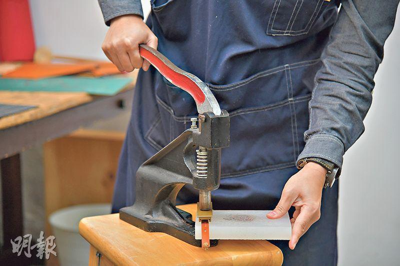 製作皮帶步驟 2. 釘孔——在皮條兩端位置分別釘上3個孔,再扭上奶嘴釘,以便不同臉形人士可調校至合適的鬆緊度(黃志東攝)