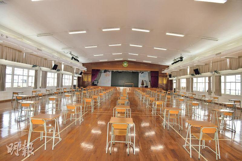 考評局早前按醫學意見,要求學校將試場座位隔1.8米。樂善堂余近卿中學已排列好DSE座位(見圖),座位四周空間明顯比以前大。(黃志東攝)