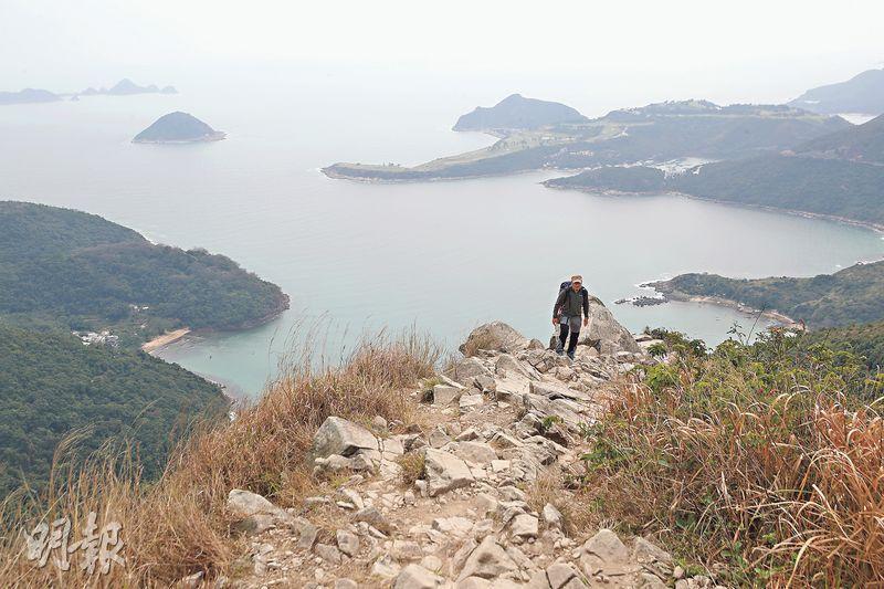 釣魚翁山頂——在釣魚翁山頂可看到開揚海景,令人心曠神怡,在疫情中為自己打打氣。(曾憲宗攝)