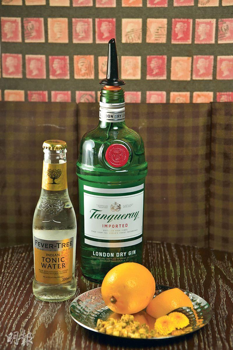 菊花Gin & Tonic製作步驟 1. 材料——Tanqueray Imported London Dry Gin(添加利倫敦乾氈酒)、Fever Tree Indian Tonic Water(芬味樹印度通寧水)、胎菊、橙皮、菊花(黃志東攝)