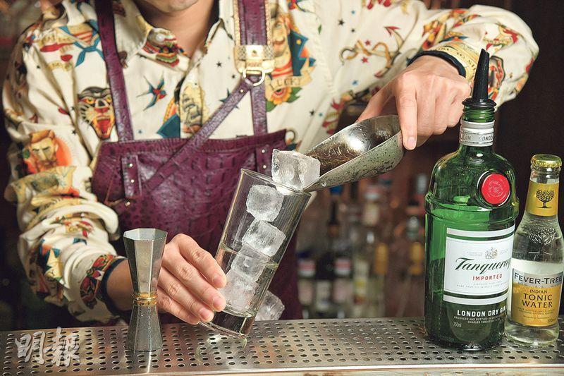菊花Gin & Tonic製作步驟 2. 加冰——先將冰塊加進杯內,可根據自己飲酒的速度和溫度的喜好,酌量加入冰塊的數量(黃志東攝)