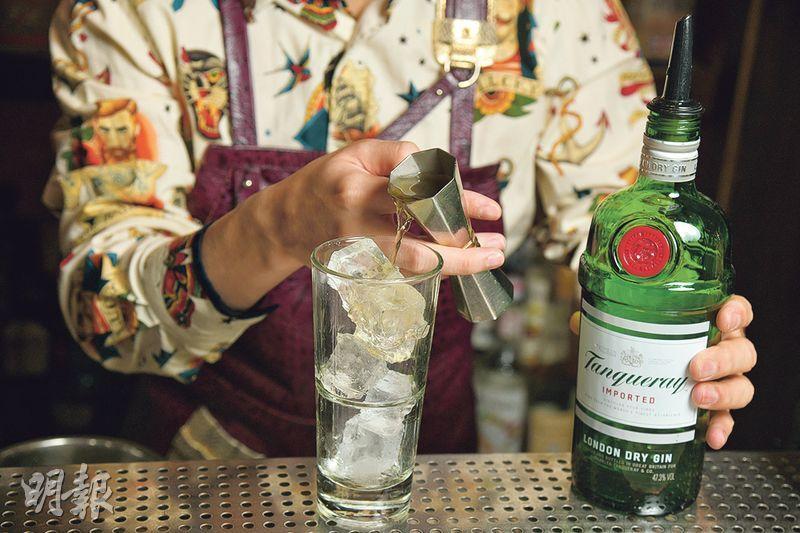 菊花Gin & Tonic製作步驟 3. 倒酒——將45毫升已慢煮或浸泡好的菊花味氈酒倒進杯內,輕輕拌勻(黃志東攝)