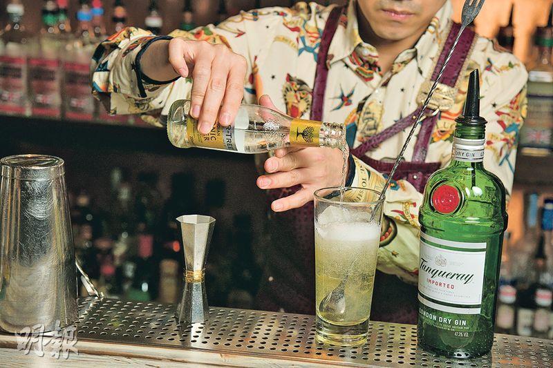 菊花Gin & Tonic製作步驟 4. 混合——加入90毫升通寧水(tonic water),攪拌至完全混合(黃志東攝)