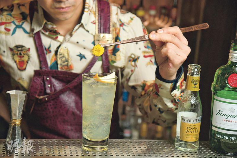 菊花Gin & Tonic製作步驟 5. 裝飾——最後在雞尾酒上加上橙皮和菊花,既可增加香氣,又能點綴作品(黃志東攝)