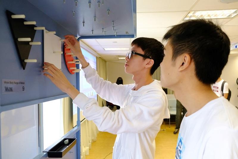 職業治療師透過模擬真實工作的器具,讓患者進行復康訓練,協助他們重投正常生活。圖為模擬地盤工作的訓練工具,訓練康復者用螺絲安裝木板。