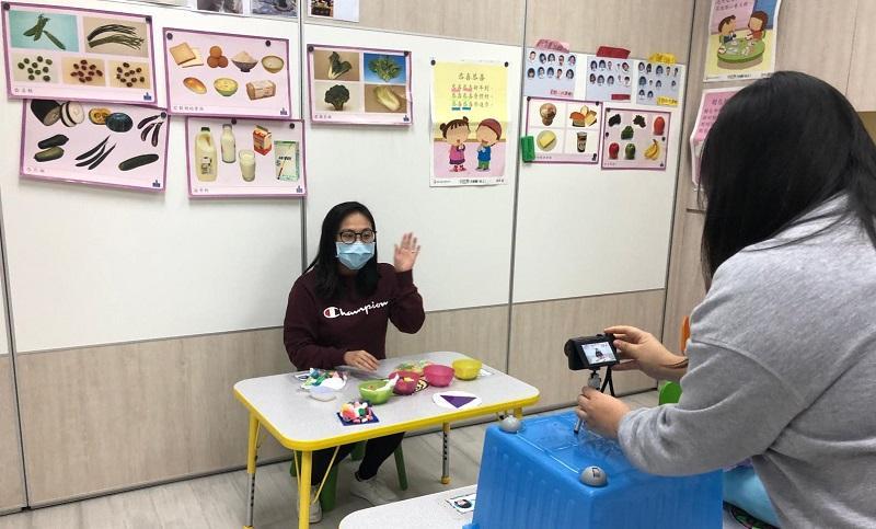 受新型冠狀病毒疫情影響,幼稚園為讓學童停課不停學,幼兒教育工作員及特殊幼兒工作員都積極進行網上教學,考驗他們的應變能力及創意度。