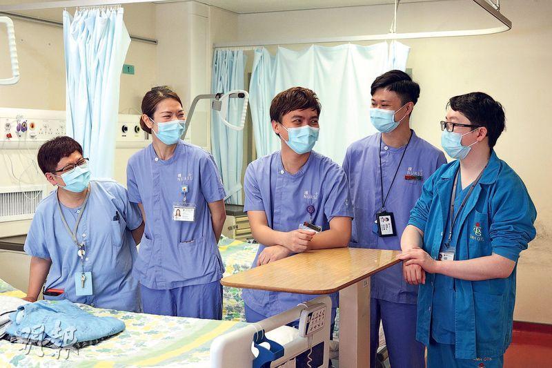 面對疫情,部分醫護人員自願加入前線抗疫團隊,骨科醫生黃嘉衡(右一)即使太太強烈反對仍堅持加入,他說在隔離病房這段經歷甚為難忘。內科病房經理葉俊機(右二)表示,抗疫團隊士氣很好,儘管可能來自不同醫院或部門,但彼此沒有隔閡。(曾憲宗攝)