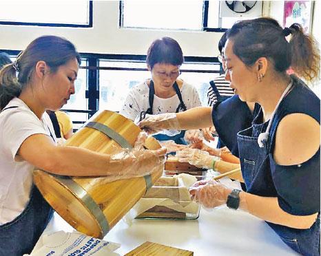 學做豆腐——工作坊有些導師本來有正職,也有些是家庭主婦。圖為參加者正在學習做豆腐。(受訪者提供)