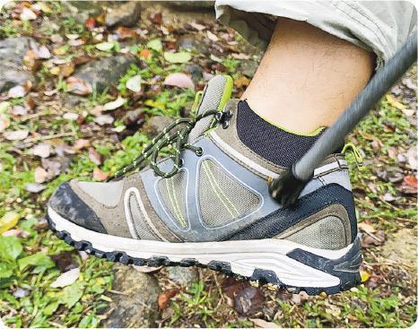 「有筒」護足踝——Johnny表示「有筒鞋」護足踝最安心。(Vincent攝)
